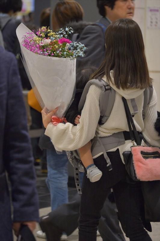 西船橋駅お子様と花束を抱えたお客様
